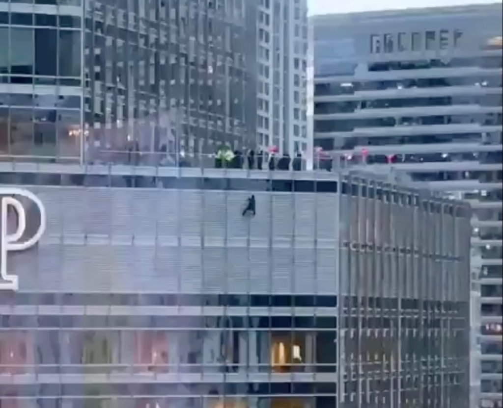 Man Dangles from Chicago Trump Tower for 12+ Hours Demanding to Speak with President or Cut Rope